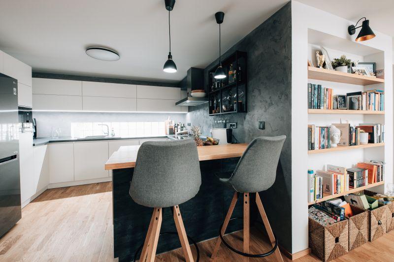 Spojení kuchyně s knihovnou v obývacím pokoji